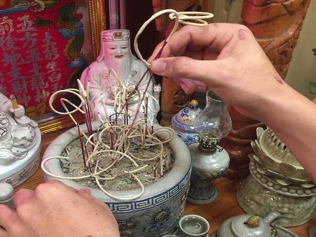Ý nghĩa của việc thắp hương 100 ngày sau khi bốc bát hương
