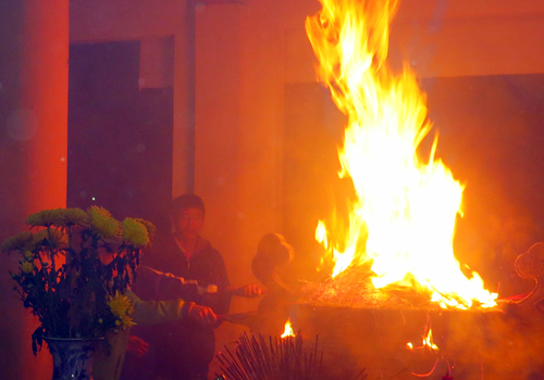 Phấn trên bát hương cháy và phát ra lửa lớn