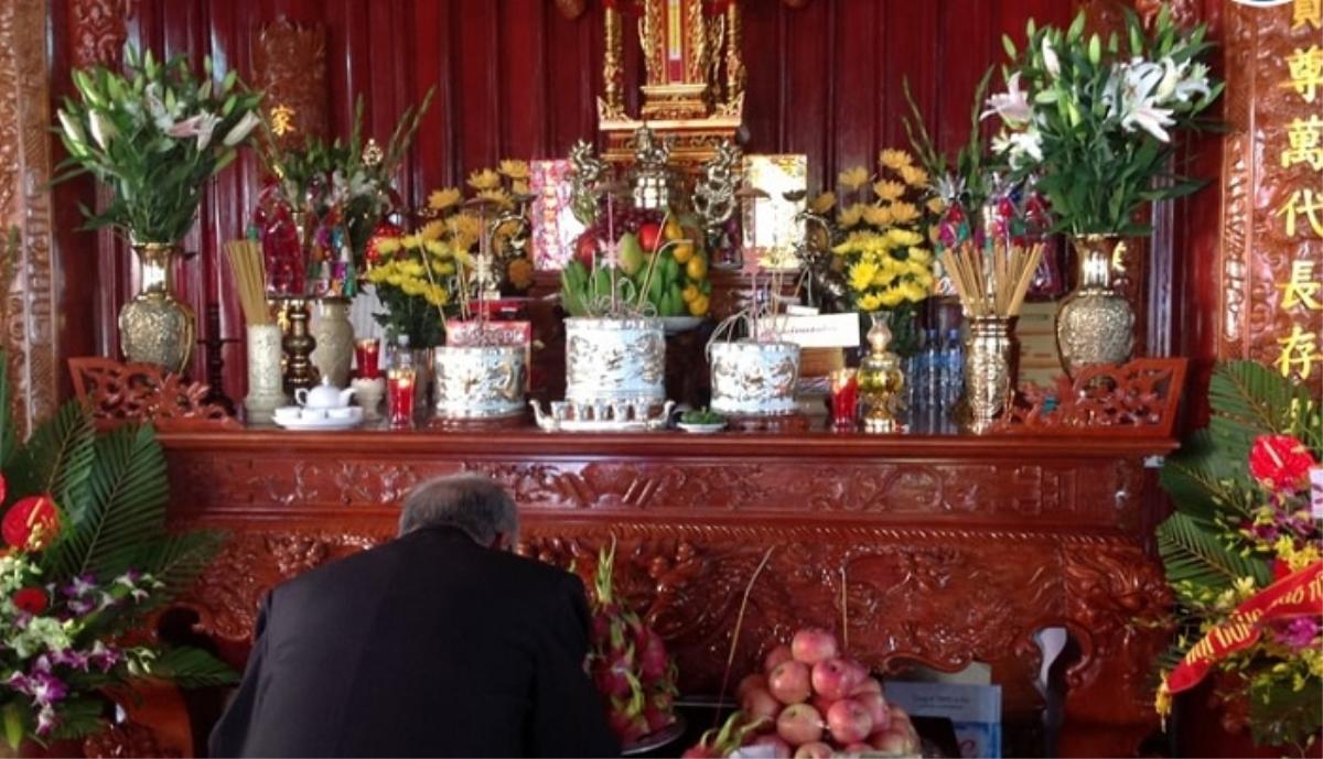Hoa cúc vàng thể hiện sự thành kính và biết ơn của gia chủ