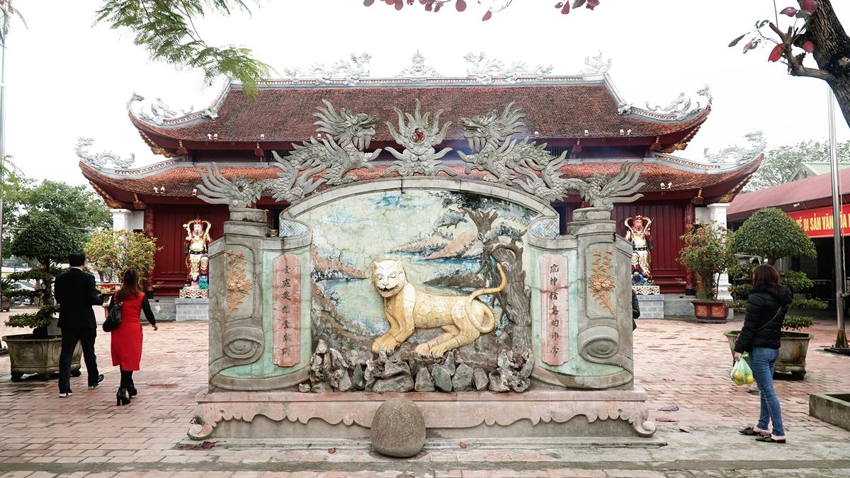 Đền thờ ông Hoàng Mười thu hút du khách